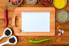 Het kader van het Copyspacevoedsel met blocnotedocument kruiden en kokende toebehoren stock afbeeldingen