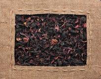 Het kader van jute met de lijn wordt gemaakt ligt op hibiscus die Royalty-vrije Stock Afbeelding
