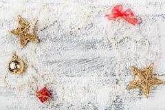 Het kader van Kerstmisdecoratie op sneeuwachtergrond Royalty-vrije Stock Fotografie