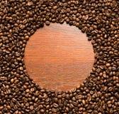 Het kader van koffiebonen op houten muur Royalty-vrije Stock Foto's