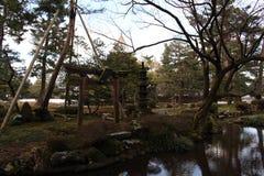 Het kader van pijnboombomen, standbeeld, en heiligdom bij Kenrokuen-Tuin royalty-vrije stock foto's