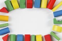 Het kader van speelgoedblokken, veelkleurige houten bakstenen Stock Foto