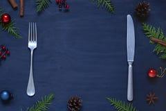 Het kader van het het voedselconcept van het Kerstmisnieuwjaar op de donkere houten lijst stock foto