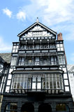 Het kaderhuis van het Tudor zwart-wit hout op Eastgate-straat in Chester City-centrum stock afbeelding