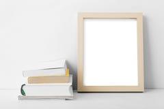 Het kadernest van de bureau leeg foto aan stapel boeken Royalty-vrije Stock Foto