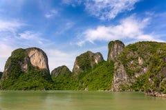 Het kalksteenvormingen van de Halongbaai, Unesco-wereldnatuurlijk erfgoed, Vietnam stock foto's