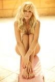 Het kalme blonde stellen tijdens de zomer Royalty-vrije Stock Afbeeldingen