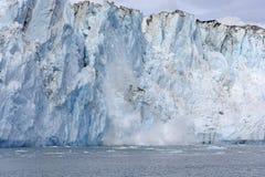 Het kalven Ijs op een Getijdegletsjer stock foto's