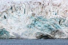 Het kalven ijs van een massieve gletsjer in Svalbard stock foto's