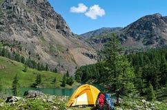 Het kamp dichtbij een bergmeer stock afbeelding