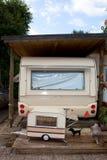 Het kamp van de aanhangwagen onder een loods. Stock Foto
