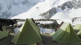 Het kamp van de Darmasalatent op Larke-Pas, 4500m hoogte Trek van de Manaslukring stock footage