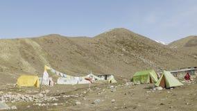 Het kamp van de Darmasalatent op Larke-Pas, 4500m hoogte Trek van de Manaslukring stock video