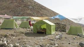Het kamp van de Darmasalatent op Larke-Pas, 4500m hoogte Trek van de Manaslukring stock videobeelden