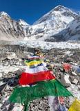 Het kamp van de Everestbasis met rijen van boeddhistische gebedvlaggen Royalty-vrije Stock Foto