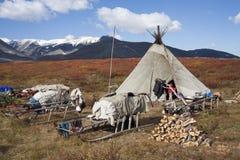 Het kamp van Herders in de de herfstbergen royalty-vrije stock afbeelding
