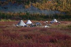 Het kamp van Herders in de de herfstbergen stock foto