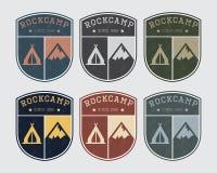 Het kamp van het kentekenembleem met rots en tent Uitstekende stijl, verschillende kleuren Stock Afbeeldingen