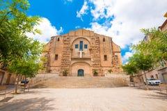 HET KAMP VAN MONT-ROIG DEL, SPANJE - JUNI 19, 2017: Kerk van San Miguel Exemplaarruimte voor tekst stock foto's