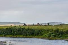 Het kamp van rendierherders in het Polaire Natuurreservaat van Oeralgebergte royalty-vrije stock afbeelding