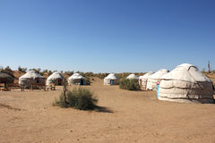 Het kamp van toeristenyurt in de woestijn, zijaanzicht Stock Fotografie