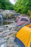 Het kamperen achter de waterval Royalty-vrije Stock Afbeelding