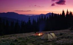 Het kamperen in bergen Stock Afbeelding