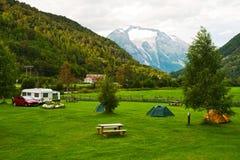 Het kamperen in bergen Royalty-vrije Stock Afbeeldingen