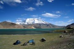 Het kamperen bij het meer van Kara Kul stock afbeeldingen