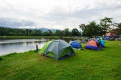 Het kamperen bij het park van de meermening royalty-vrije stock foto