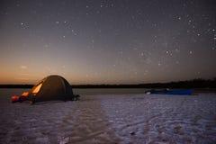 Het kamperen bij Nacht stock fotografie