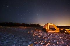 Het kamperen bij Nacht stock afbeeldingen