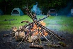 Het kamperen brand royalty-vrije illustratie