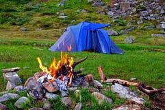Het kamperen in de bergen Royalty-vrije Stock Afbeelding