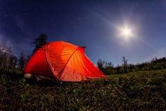 Het kamperen in de bergen bij nacht Stock Fotografie