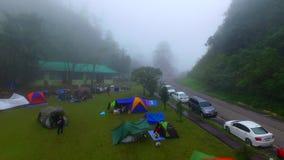 Het kamperen in de ochtend met mist Geschoten door hommel stock videobeelden