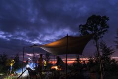 Het kamperen in de zonsondergang royalty-vrije stock foto's