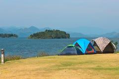 Het kamperen dichtbij meer stock afbeeldingen