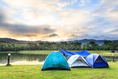Het kamperen dichtbij meer op de ochtend stock foto