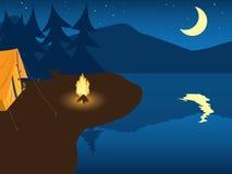Het kamperen door het bergmeer Stock Foto