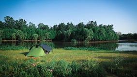 Het kamperen door het meer Stock Afbeeldingen