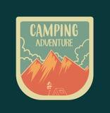 Het kamperen embleem met wolken en bergen, die in retro stijl worden gecreeerd Stock Fotografie