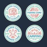 Het kamperen embleem vastgestelde rassenbarrière die uit tent, vissen, brand, kamp bestaan Stock Fotografie