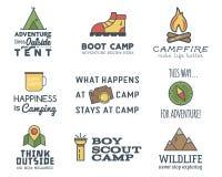 Het kamperen embleemontwerp met typografie en reiselementen wordt geplaatst dat Stock Fotografie
