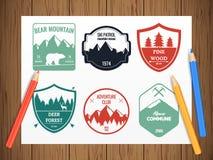Het kamperen en in openlucht avonturen uitstekende emblemen royalty-vrije illustratie