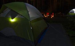 Het kamperen ervaring bij nacht Stock Afbeelding
