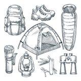 Het kamperen geplaatste stijgingspunten Vectorhand getrokken schetsillustratie Het ontwerpelementen van het kampmateriaal op witt vector illustratie
