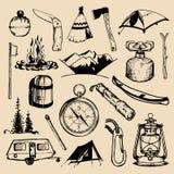 Het kamperen geschetste elementen Vectorreeks uitstekende hand getrokken openluchtavonturenillustraties voor emblemen, kentekens  vector illustratie