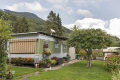 Het kamperen het leven met aanhangwagens in Alpien aardpark Stock Foto