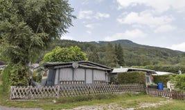 Het kamperen het leven met aanhangwagens in Alpien aardpark Royalty-vrije Stock Foto